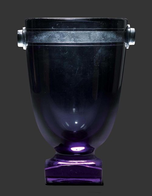 DAUM NANCY VASE, circa 1930 Grey etched glass. Set on a square base and with applied handles. Signed Daum Nancy France. H. 27 cm.