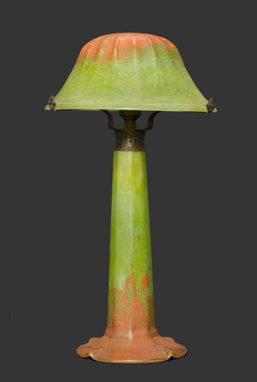 DAUM NANCY LAMP, circa 1910 Green and orange glass. Signed Daum Nancy. H. 41 cm.
