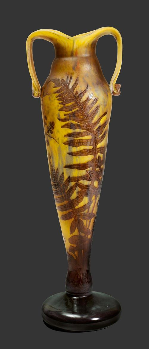DELATTE NANCY LARGE VASE, circa 1900 Yellow glass with brown overlay and etching. In the form of a fish with fern decoration. Signed Delatte Nancy. H. 60 cm.
