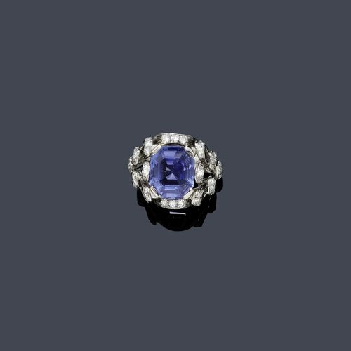 SAPPHIRE AND DIAMOND RING, ca. 1950. White gold 750. Elegant ring, the top set with 1 step-cut Ceylon sapphire of ca. 7.50 ct, unheated, the setting and the open-worked ring shoulders additionally decorated with 36 single-cut diamonds weighing ca. 0.50 ct. Size ca. 54. Tested by Gemlab.
