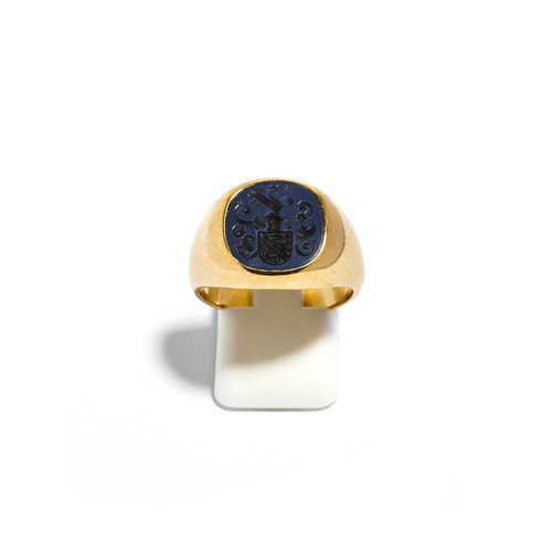 CHALCEDONY AND GOLD SIGNET RING.
