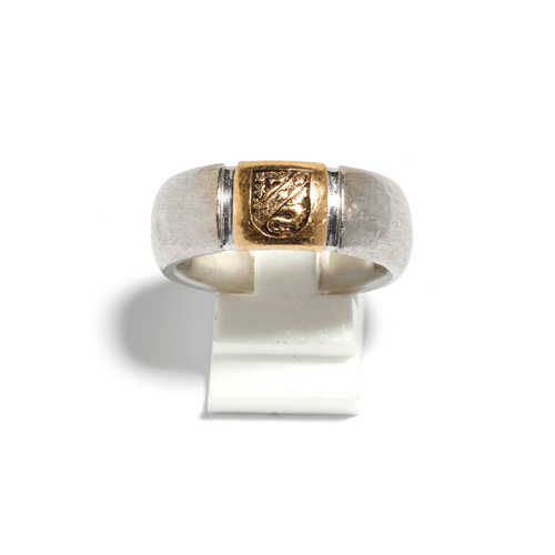 GOLD GENTLEMAN'S SIGNET RING.