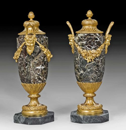 PAIR OF LIDDED VASES WITH BRONZE MOUNTS, Louis XVI style, Paris, 19th century. Black, white-veined and dark green marble with gilt bronze. H 32.5 cm.
