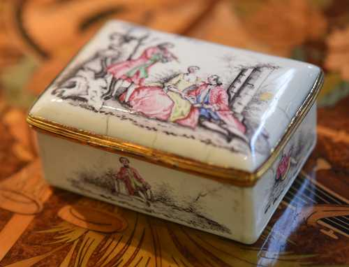ENAMEL SNUFF BOX WITH GILT COPPER MOUNT,