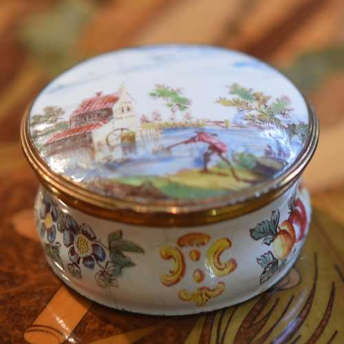 SMALL ROUND ENAMEL SNUFF BOX WITH GILT METAL MOUNT,