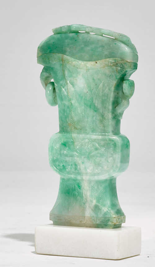 A GREEN AND WHITE JADE LIDDED VASE (GU).