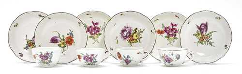 LOT COMPRISING PARTS OF A TEA SET WITH FLORAL DECORATION