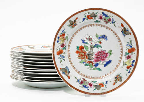 A SET OF 12 FAMILLE ROSE PLATES.