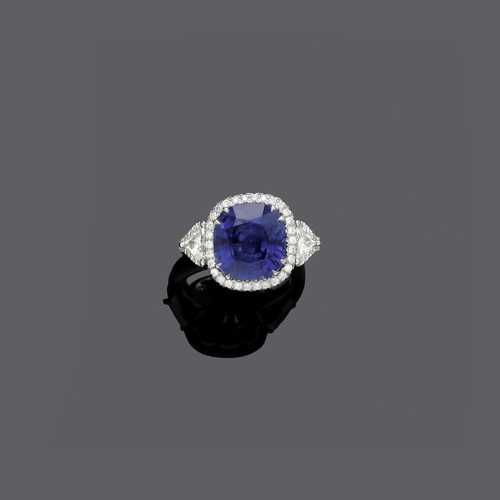 CEYLON SAPPHIRE AND DIAMOND RING.