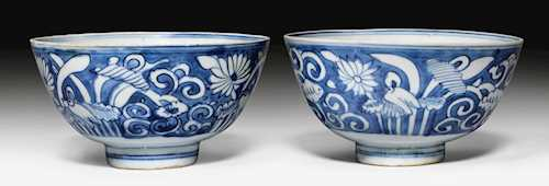 A PAIR OF BLUE AND WHITE BOWLS.