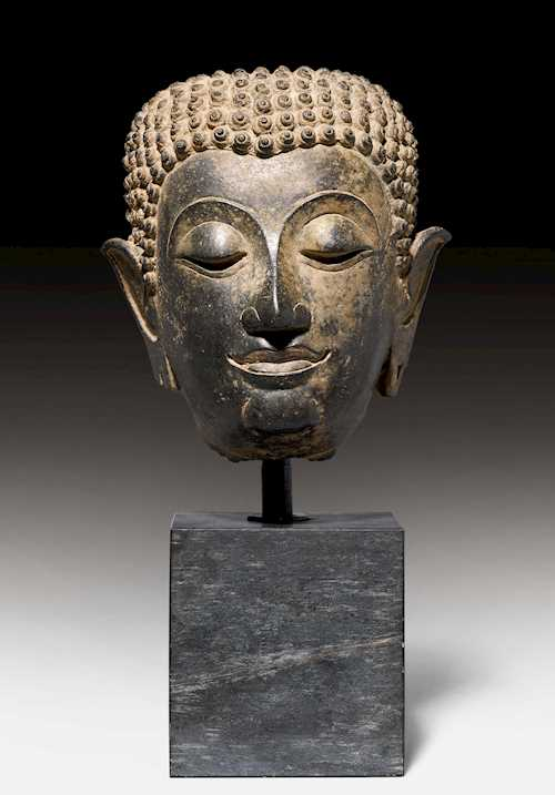 A FINE BRONZE HEAD OF BUDDHA.