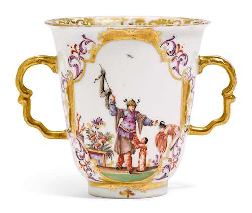 BEAKER WITH HANDLES AND CHINOISERIE DECORATION,