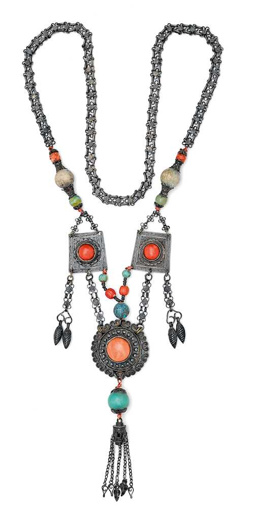 A SILVER NECKLACE WITH PENDANTS.