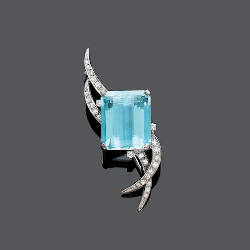 AQUAMARINE AND DIAMOND BROOCH.
