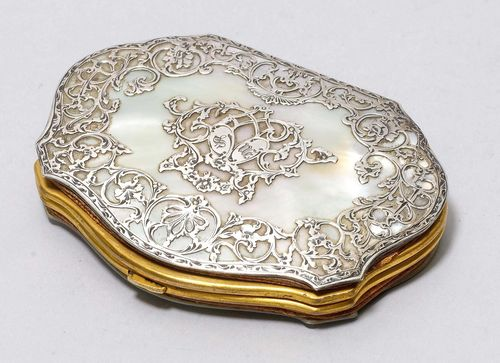 SMALL LADY'S MONEY POUCH, ca. 1870. Mother-of-pearl. With applied silver decoration. Fabric lining needs repair. Ca. 8 x 5.8 cm.