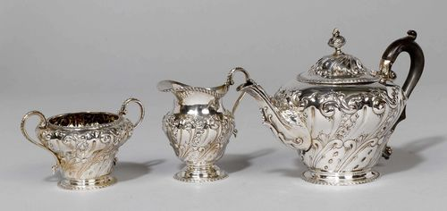 SMALL TEA SET, London 1901. With maker's mark. Comprising: tea pot, cream jug, sugar bowl. The walls with volute and floral decoration. H of the tea pot ca. 15 cm, total weight 690 g.