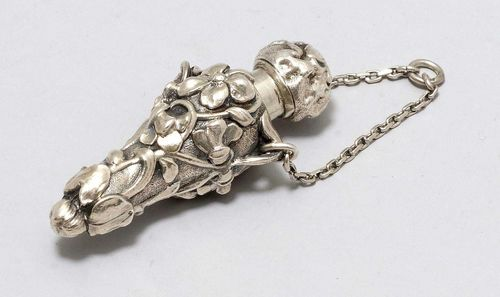 SMALL FLASK, unmarked. Floral decoration, on a short chain. L ca. 6 cm, 17 g.