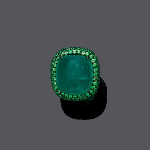 EMERALD AND TSAVORITE RING.