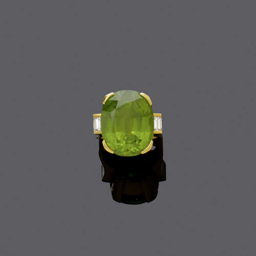 PERIDOT AND DIAMOND RING, ca. 1980.