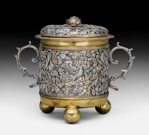 A CHARLES II STYLE PARCEL-GILT PORRINGER AND COVER,