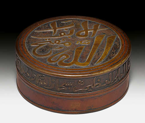 AN ARABIC-INSCRIBED BRONZE BOX AND COVER.