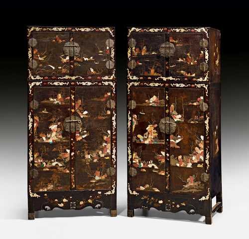 A SPLENDID PAIR OF YANGZHOU STYLE LACQUER COMPOUND CABINETS.