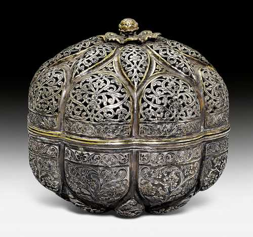 A PARCEL-GILT SILVER BOX AND COVER (PANDAN).