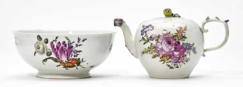 LOT COMPRISING A TEAPOT AND A BOWL WITH FLORAL PAINTING.