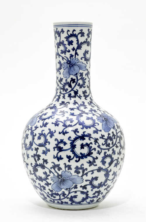 A SPHERICAL BLUE AND WHITE VASE.