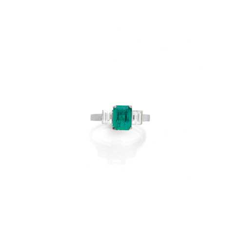 EMERALD AND DIAMOND RING, ca. 1970.