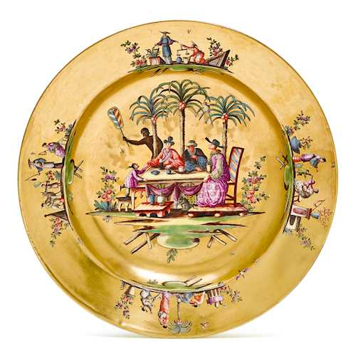 PLATE WITH GOLD BACKGROUND AND CHINOISERIE DECORATION