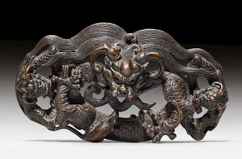A FINE BRONZE ORNAMENT OF THREE INTERTWINED DRAGONS.