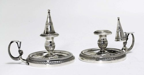 PAIR OF CANDLESTICKS,20th century. Sterling silver. Base edge with gadroons over a palm frieze. Nozzle with removable drip plates. Handle designed as a mermaid-engraved extinguishing cap. H 7.5 cm, 414 g.