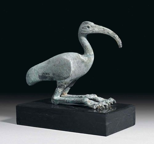 FIGURE OF AN IBIS, in antique style. Bronze with green patina, on black granite plinth. L 22 cm. Provenance: Swiss private collection.