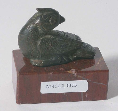 SMALL BRONZE BIRD.China, probably Song Dynasty, L 6 cm. With a turned-back head and engraved feathers. Small drill hole on the bottom.