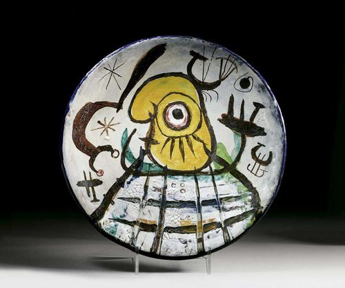MIRO, JUAN (Montroig 1893-1983 Palma de Mallorca) Large round ceramic bowl. Unique piece. 1949. Painted with glaze colours and fired. In collaboration with J.L. Artigas. Signed verso: Miro Artigas. D 37.5 cm. H 6.2 cm. Provenance: Gustav Zumsteg collection, Zürich.