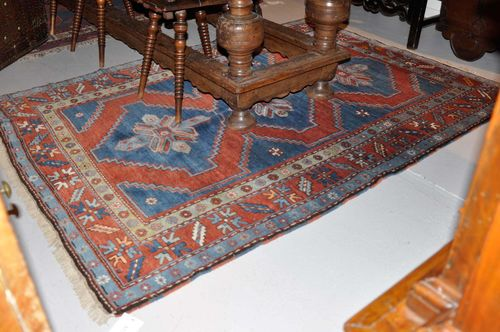 KASAK old.With a red and blue central field, three star-shaped medallions and a red border. Good condition, 150x220 cm.