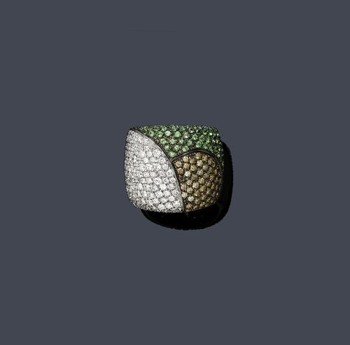 DIAMOND AND TSAVORITE RING. White gold 750, 25g. Decorative broad band ring, the top divided into 3 sectors and set throughout with numerous cognac-coloured brilliant-cut diamonds weighing ca. 0.80 ct, white brilliant-cut diamonds weighing ca. 1.50 ct and tsavorites weighing ca. 1.00 ct. Size ca. 54.