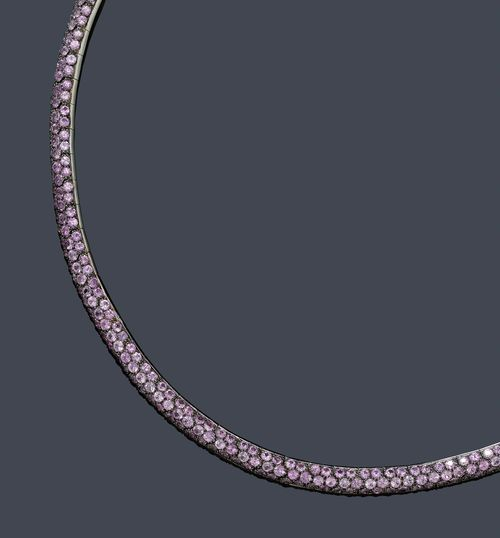 PINK SAPPHIRE NECKLACE. White gold 750, blackened, 42g. Decorative, modern flexible choker, the links set throughout with numerous pink sapphires weighing ca. 20.70 ct. L ca. 40 cm.