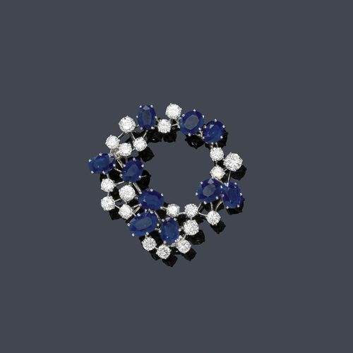 SAPPHIRE AND DIAMOND BROOCH, ca. 1950. Platinum ca. 900. Fine, round brooch set with 10 oval sapphires weighing ca. 7.20 ct and 20 brilliant-cut diamonds weighing ca. 3.50 ct. Ca. 4 cm Ø.