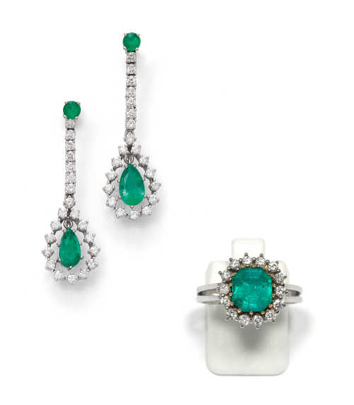 EMERALD AND DIAMOND EAR PENDANTS AND RING.