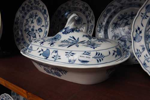 AN 'ONION PATTERN' PART DINNER SERVICE (37 PIECES),