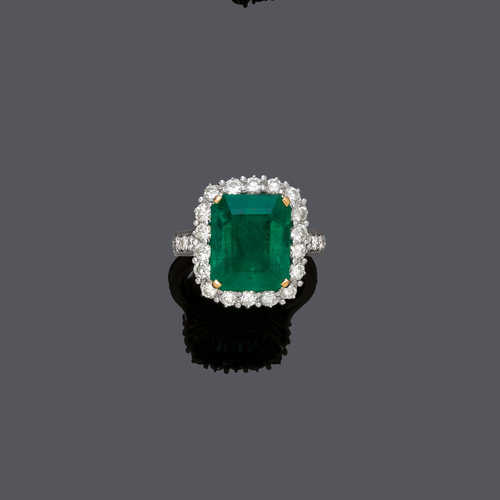 EMERALD AND DIAMOND RING.