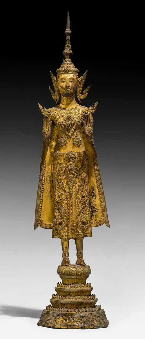 A GILT BRONZE FIGURE OF THE CROWNED BUDDHA.