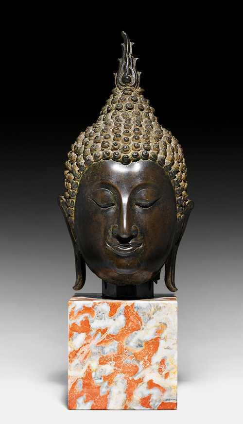A FINE AND CLASSICAL BRONZE HEAD OF BUDDHA.