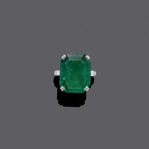 EMERALD AND DIAMOND RING, ca. 1950.