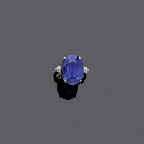 BURMA SAPPHIRE AND DIAMOND RING.
