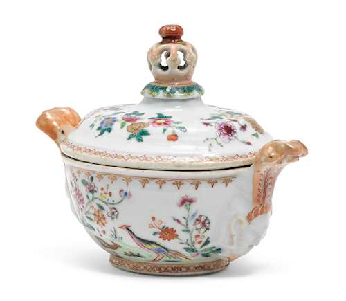 A SMALL FAMILLE ROSE TUREEN AND COVER.