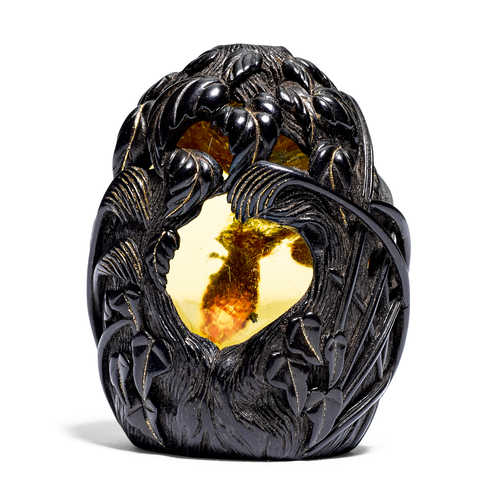 AN AMBER AND WOOD NETSUKE BY GUY SHAW (1953-2003).