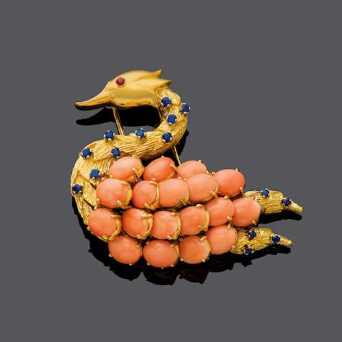 CORAL, SAPPHIRE AND GOLD CLIP BROOCH, ca. 1970.